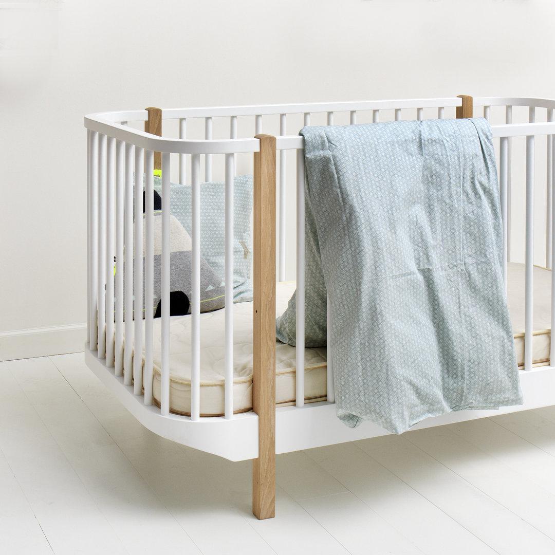 ausstellungsst ck wood oliver furniture baby und kinderbett wei mit elementen aus eiche. Black Bedroom Furniture Sets. Home Design Ideas